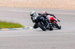 Gruiq en moto piste à Carole