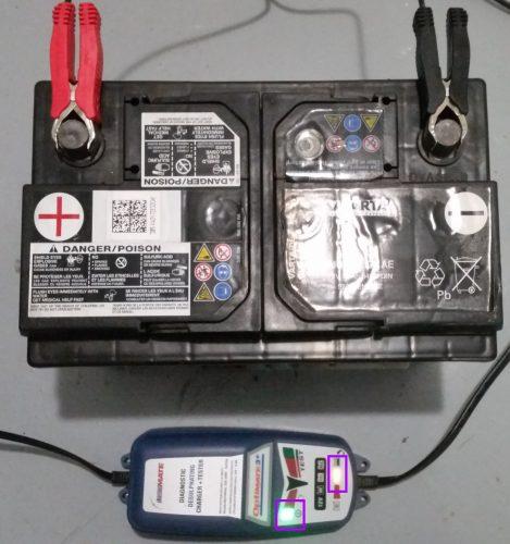Batterie voiture en cours de charge avec Optimate3+