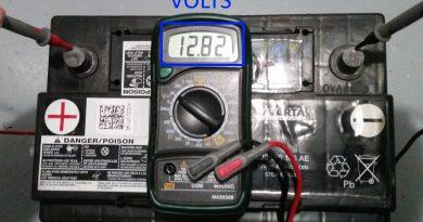Batterie chargée avec un voltmètre qui affiche 12.73V