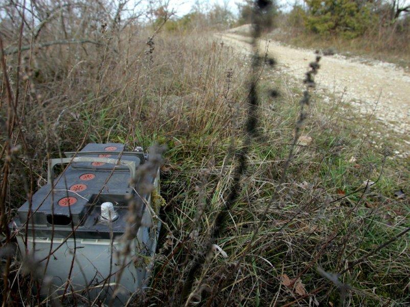 Une batterie abandonnée dans la nature