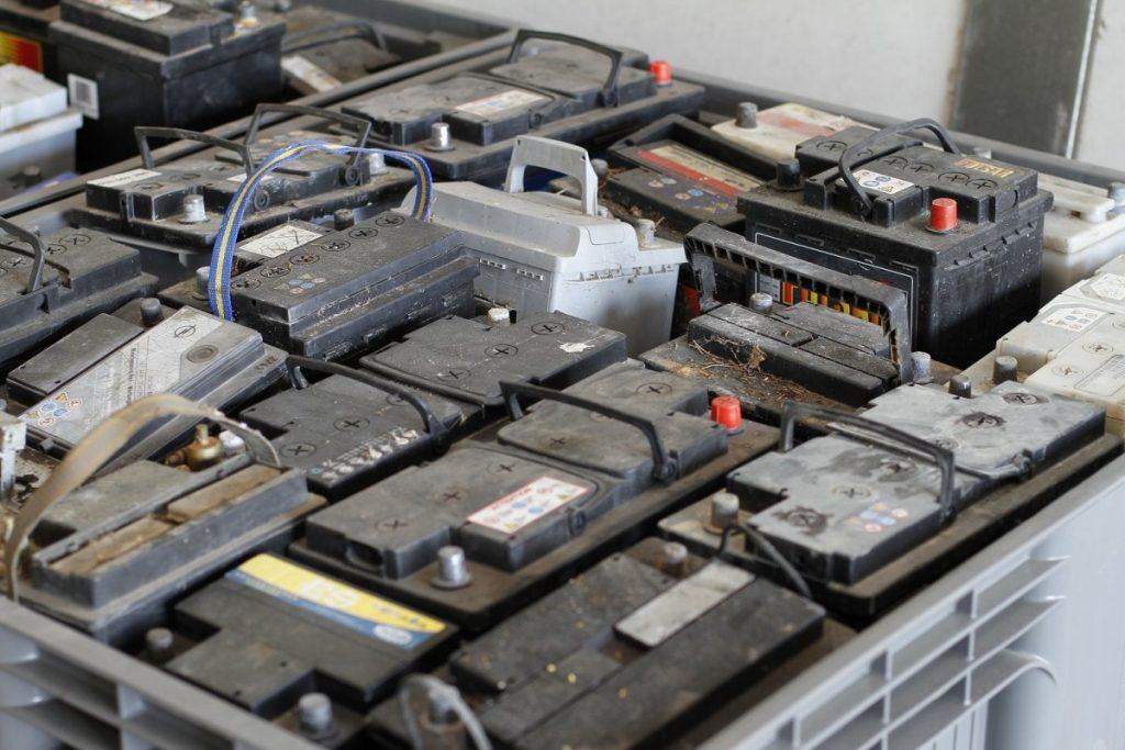Des batteries rangées dans une déchetterie