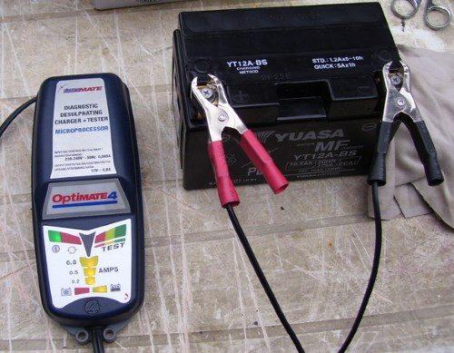 Charger une batterie de moto avec un chargeur Optimate 4
