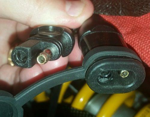Le connecteur SAE pour recharger sa batterie moto facilement
