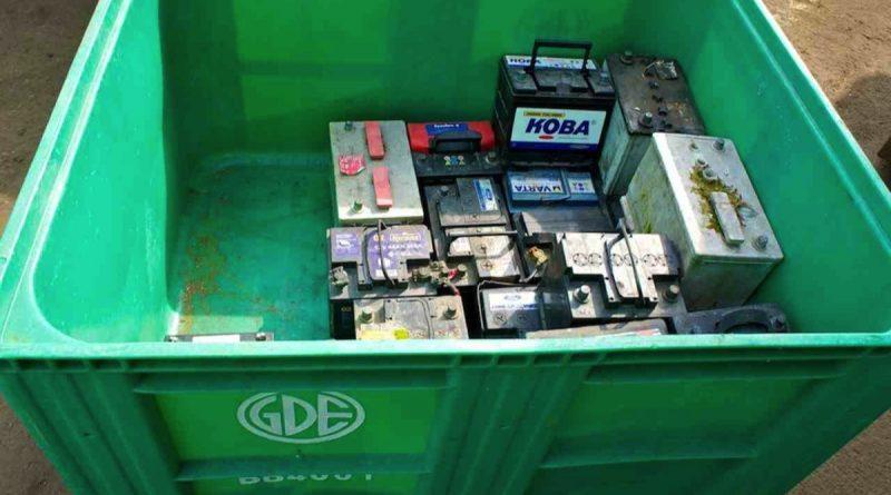 Des batteries usagées dans un bac à la déchetterie