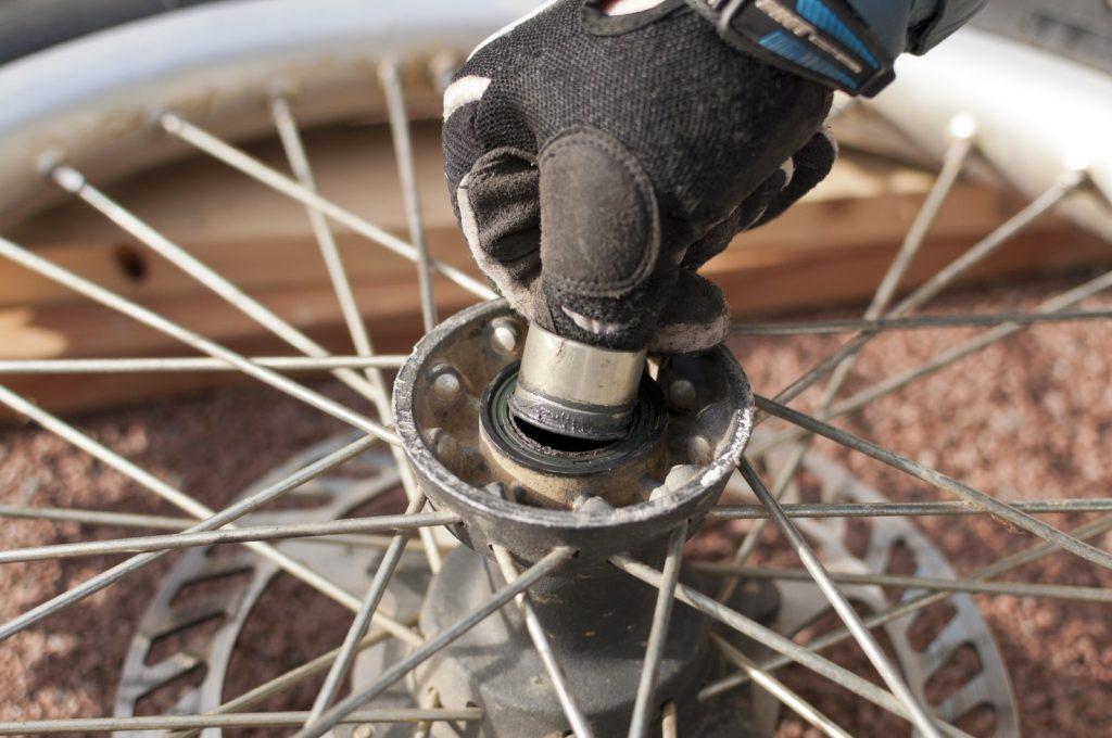 L'entretoise d'un roue avant de moto