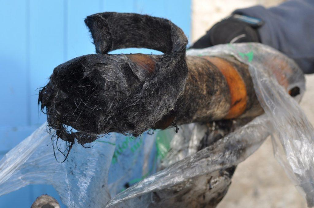 La laine de roche sortie du pot d'échappement de la moto