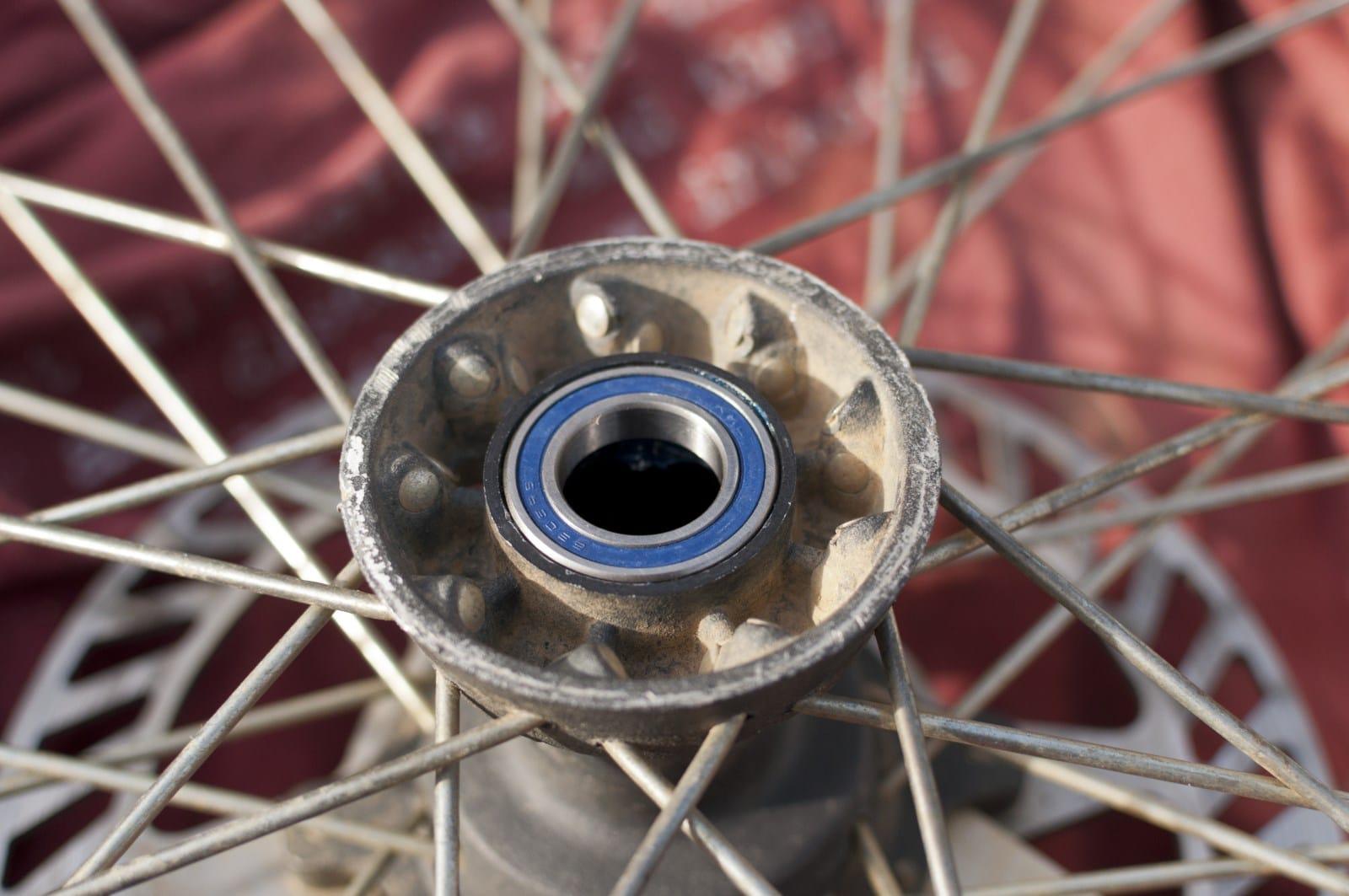 Le nouveau roulement prêt à être insérer dans la portée de la roue