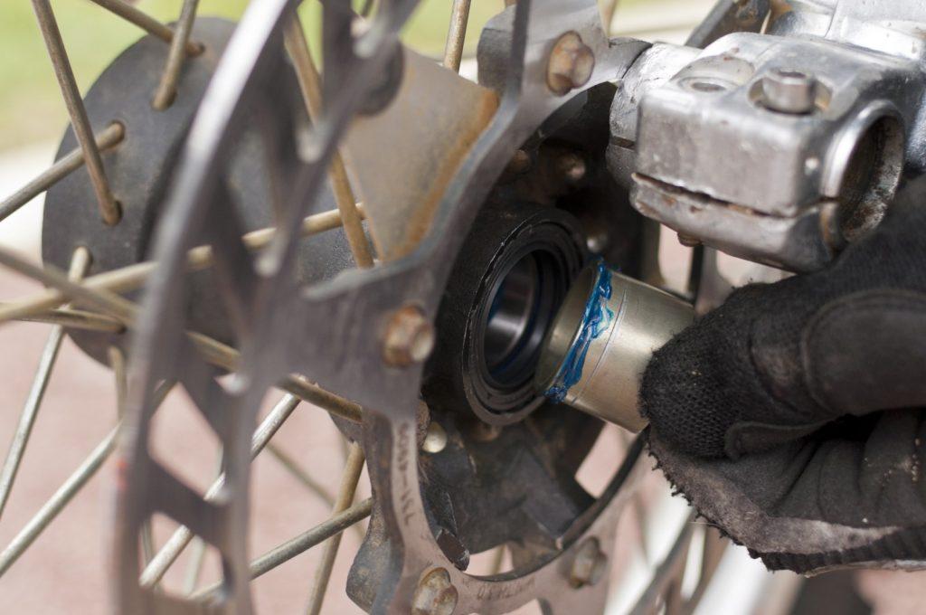 Remontage d'une roue avec des roulements neufs