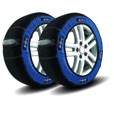Des chaussettes à neige installées sur une paire de pneus