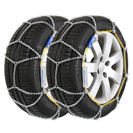 Des chaines à neige installées sur une paire de pneus