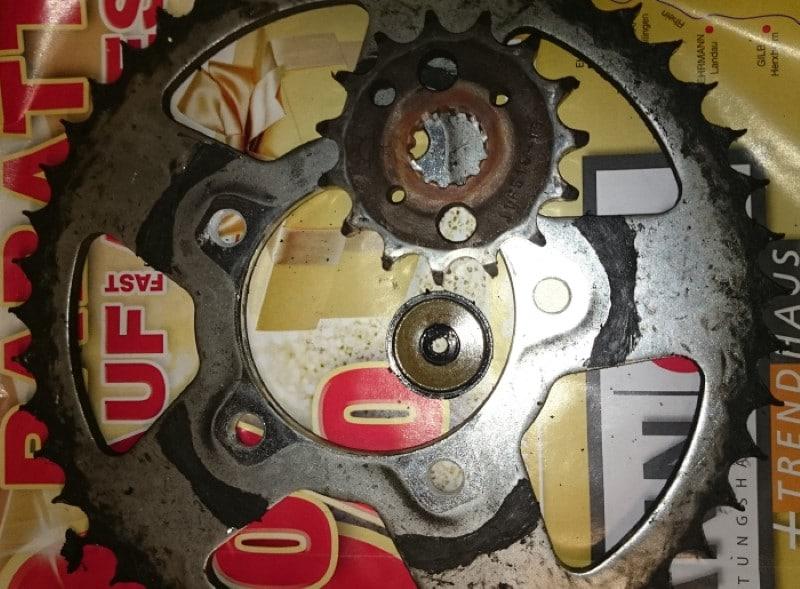 Une couronne de moto d'un kit chaine à remplacer avec les dents en pointe !