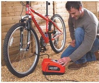 Gonflage d'un pneu de vélo avec le mini compresseur