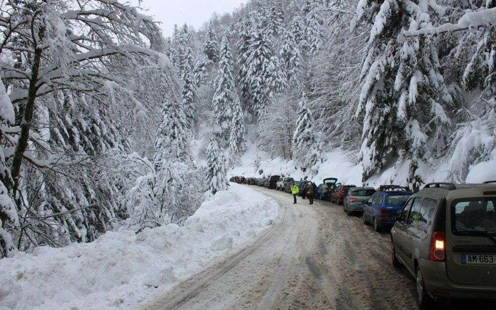 Des voitures bloquées par la neige en montagne
