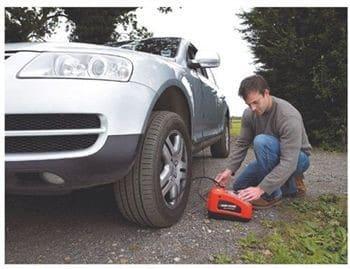 Gonflage d'un pneu de voiture avec un compresseur portatif
