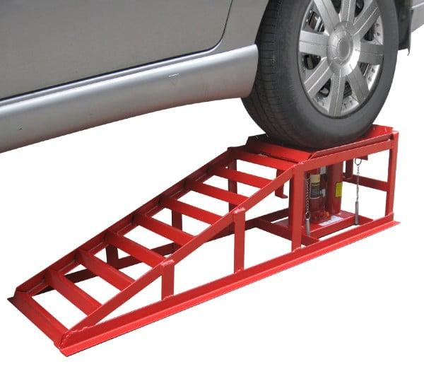 Une voiture sur une rampe avec des chandelles
