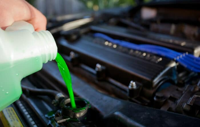 Remplissage de liquide de refroidissement d'une voiture